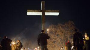 Äärioikeiston mielenosoituskulkue päättyi Hietaniemen hautausmaalle.