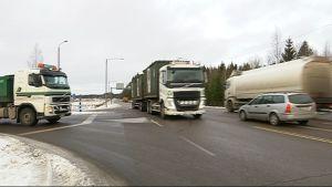 Raskasta liikennettä vt. 15:llä Keltakankaan risteyksessä Kouvolassa