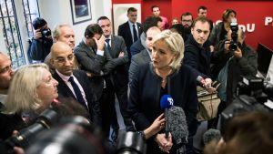 Marine Le Pen toimittajien piirittämänä