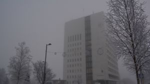 Kemin kaupungintalo sumun läpi nähtynä