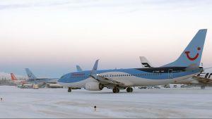 Lentokoneita Kittilän lentoasemalla joulukuussa 2016.
