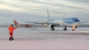 Lappiin laskeutuu joulukuun aikana noin 500 tilauslentoa. Reittilentoja on lähes saman verran.