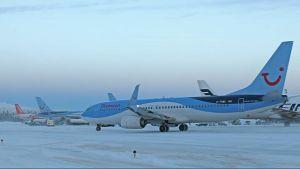 Tilauslentokoneita Kittilän lentokentällä joulun alla 2016