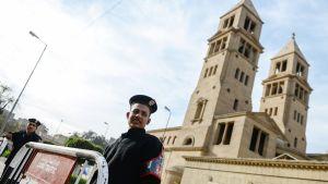 Sotilaat vartioivat koptikristittyjen katedraalia Kairossa.