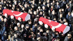 Pommi-iskussa kuolleiden poliisien hautajaiset Istanbulissa 11. joulukuuta.