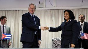 Googlen emoyhtiön Alphabetin puheenjohtaja Eric Schmidt sekä Kuuban telelaitoksen johtaja Mayra Arevich allekirjoittivat sopimuksen internetyhteyksien parantamisesta Kuubassa 12.12.2016.