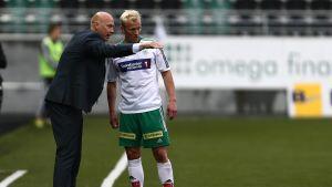 Pekka Lagerblom saa ohjeita valmentajalta.