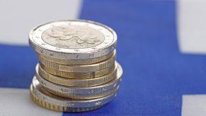 Euron kolikoita Suomen lipun päällä