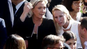 Kansallisen rintaman puheenjohtaja Marine Le Pen (vas.) ja kansanedustaja Marion Maréchal-Le Pen osallistuivat yhdessä Nizzan iskun muistotilaisuuteen lokakuussa 2016