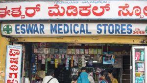 Apteekki Mysoressa Intiassa. Nopea kaupungistuminen ilman  toimivaa jäte- ja vesihuoltoa tai kattavaa terveydenhuoltojärjestelmää lisäävät epidemioita. Apteekeissa kaupataan usein myös lääkeväärennöksiä. Kuva Intian Mysoresta.