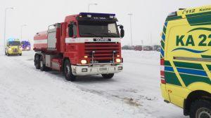 Pelastuslaitoksen autoja ja ambulansseja Terrafamen portilla.