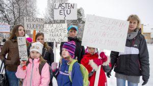 Anne Väänänen, Petra Väänänen, Hilla Lappalainen ja Alisa Rissanen (eturivissä) sekä Virpi Lappalainen, Ronja Rissanen ja Unna Lappalainen mielenilmauksessa Melalahden koululla.