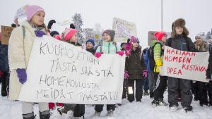 Koululaiset marssivat ulos Melalahden koulusta Kuopion Riistavedellä.