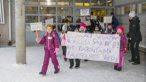 Ulosmarssi Melalahden koulusta Kuopion Riistavedellä.