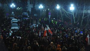 Ihmisiä parlamentin edustalla Varsovassa Puolassa