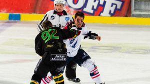 Liigan ulkoilmaottelu Ilves vs HIFK Sorsapuistossa. HIFK Matt Generousin ja Ilves Brett Bulmerin tappelu ensimmäisessä erässä. Miikka Jääskeläinen / AOP