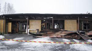 Tulipalossa tuhoutuneen rivitalon rauniot Nilsiässä.