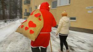 Joulupukki Lahden kotihoidon matkassa kotikäynnille