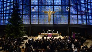Läheiset ja ystävät rukoilivat Breitscheidplatzilla sijaitsevassa Keisari Vilhelmin muistokirkossa turman uhrien puolesta 20. joulukuuta 2016.