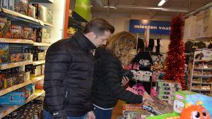 Jarkko ja Kirsi Seppälä olivat tiistaina lahjaostoksilla