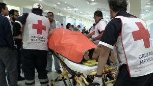 Meksikon Punaisen Ristin työntekijöitä avustustöissä voimakkaan ilotulitusräjähdyksen jälkeen Tultepecissä, Meksikossa 20. joulukuuta 2016.
