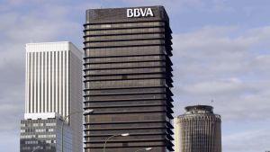 BBVA:n tornimainen pääkonttori. Vieressä kaksi muuta korkeaa taloa.