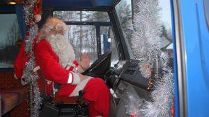 Joensuulainen Juuso-joulupukki bussissa.