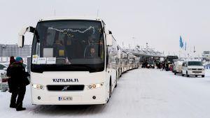 Linja-autot odottamassa jouluturisteja Rovaniemen lentoasemalla