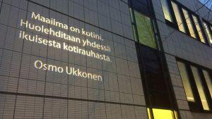 Osmo Ukkosen teksti heijastettuna Mikkelin pääkirjaston seinälle.