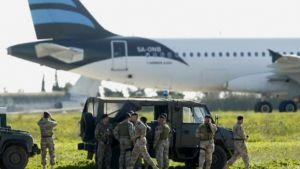 Sotilaita lentokentällä Maltalla perjantaina.