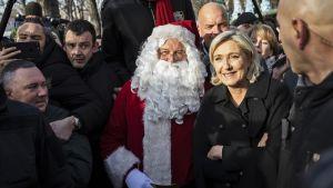 Marine Le Pen poseerasi joulupukin kanssa.