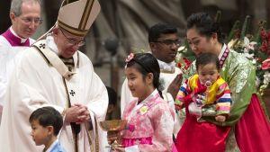 Paavi Fransiskus siunaa lapsia