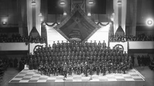 Puna-armeijan kuoro ja orkesteri esiintymässä Helsingin Messuhallissa noin vuonna 1950.