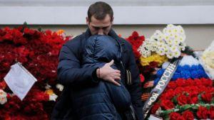 Ihmiset surevat Puna-armeijan kuoron muistoa.