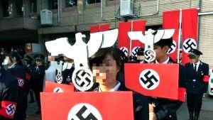 Oppilaat kantoivat natsitunnuksia ja -lippuja.