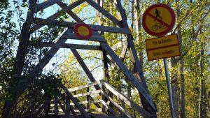Puinen silta on käyttökiellossa