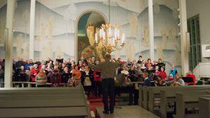 Kuoro harjoitteli Sotkamon kirkossa