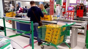 Venäläinen mies ostaa juustoa Lappeenrannan Prismassa.