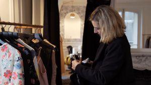 Nainen katsoo vaatetta