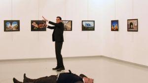 Asemies seisoo lähellä Venäjän Turkin suurlähettilästä Andrei Karlovia sen jälkeen, kun hän oli ampunut Karlovia taidenäyttelyn avajaisissa Turkin pääkaupungissa Ankarassa 19. joulukuu 2016.