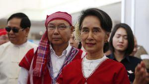 Aung San Suu Kyi karen-puku päällä.