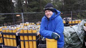 """Kuvassa osa lauantaina ammuttavista raketeista. Näytössuunnittelija Teppo Hakkarainen nojailee illan ykköstähden, """"Bad Boyn"""" laukaisuputkeen. Siinä ruutia on 2,5 kiloa."""