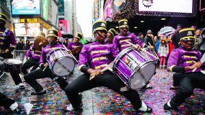 Marching kobras -bändi harjoittelee uudenvuodenaaton esitystään Times Squarella.