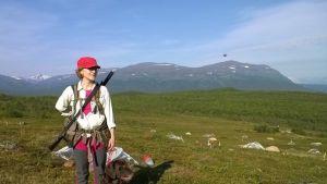 Minna Loukusa koiransa kanssa Ruotsin tuntureilla
