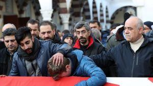Yökerhoiskussa kuolleen Ayhan Arikin omaiset ja ystävät surivat häntä arkun ääressä uudenvuodenpäivänä.