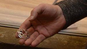 Hyrmä-koru Seppo Vainikaisen kädellä