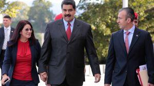 Venezuelan presidentti Nicolas Maduro (keskellä) vaimonsa Cilia Floresin ja uuden varapresidentin Tareck El Aissamin kanssa 4.1. 2017 Caracasissa.