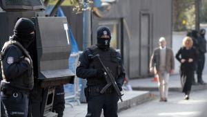 aseistettu poliisi