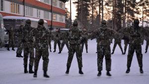 Kainuun prikaatin alokkaat taukojumppaavat sulkeisharjoituksissa.