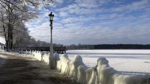 Jäätynyt Elk-järvi Pohjois-Puolassa.